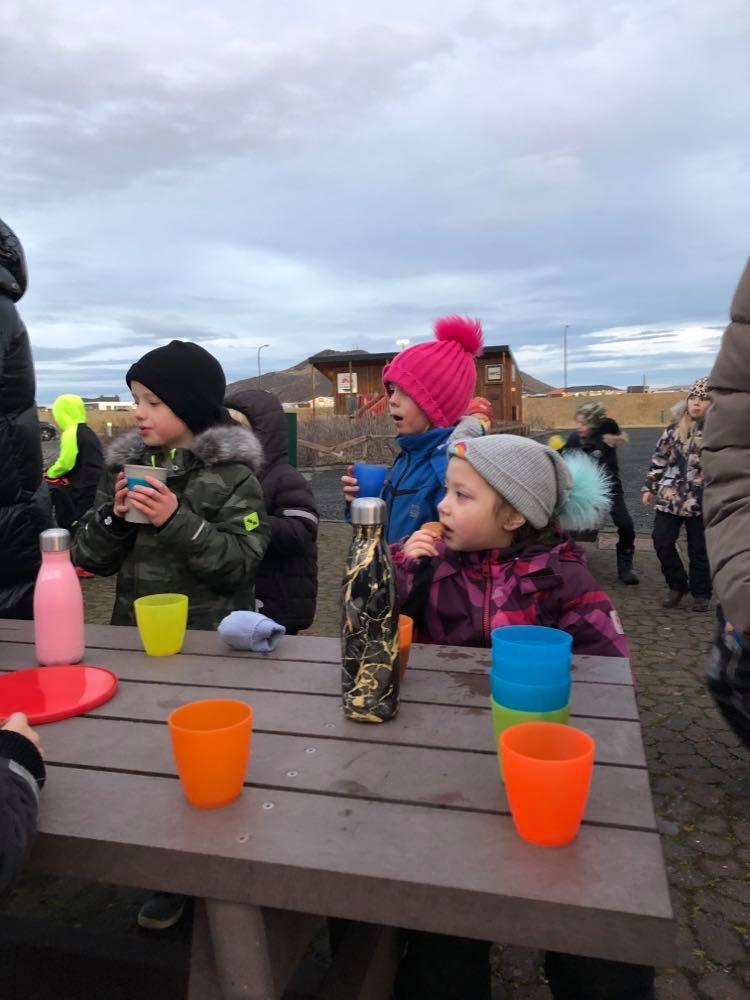 Mynd fyrir Yngstu börnin úti í kakó- og piparkökustund