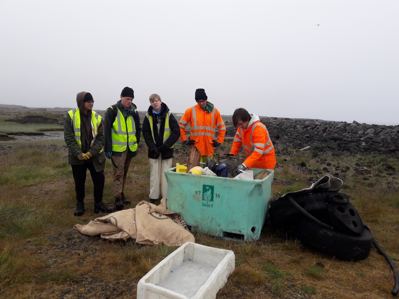 Vinnuskólinn hreinsar fjöruna við Grindavík