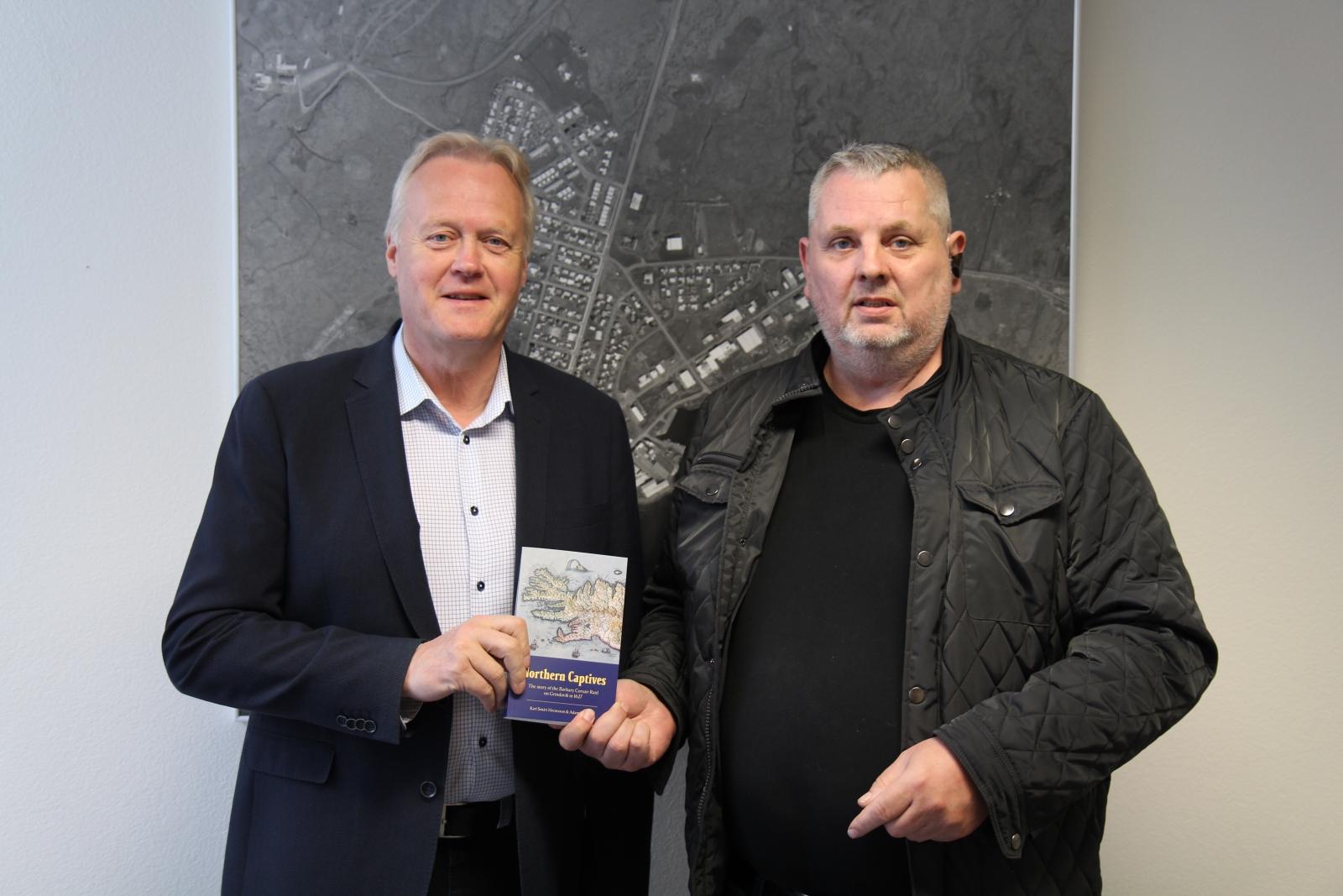Minja- og sögufélagið færði Grindavíkurbæ eintak af Northern Captives